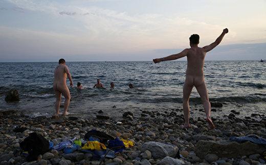 Шведские болельщики празднуют Мидсоммар (праздник летнего солнцестояния) в Сочи