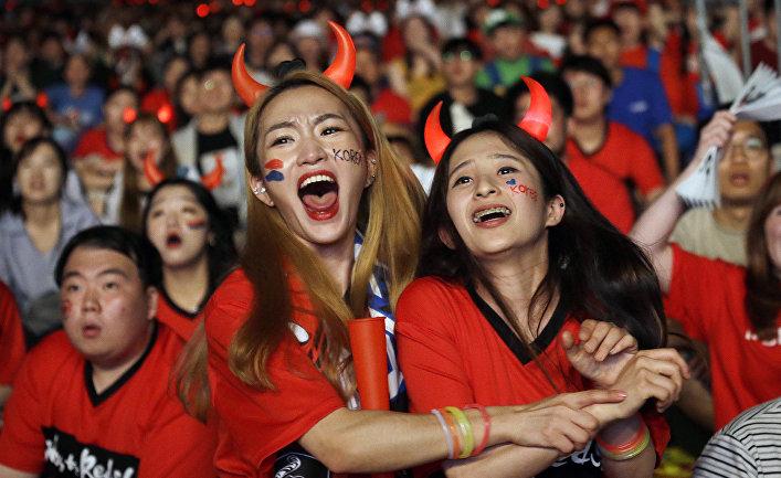 Южнокорейские футбольные болельщики смотрят прямую трансляцию матча чемпионата мира по футболу между командасми Южной Кореи и Германии
