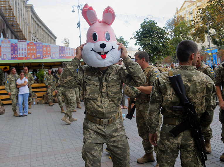 Солдаты во время репетиции военного парада в честь Дня независимости в центре Киева, Украина