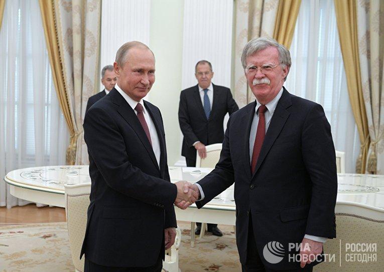 Президент РФ Владимир Путин и советник президента США по вопросам национальной безопасности Джон Болтон. 27 июня 2018