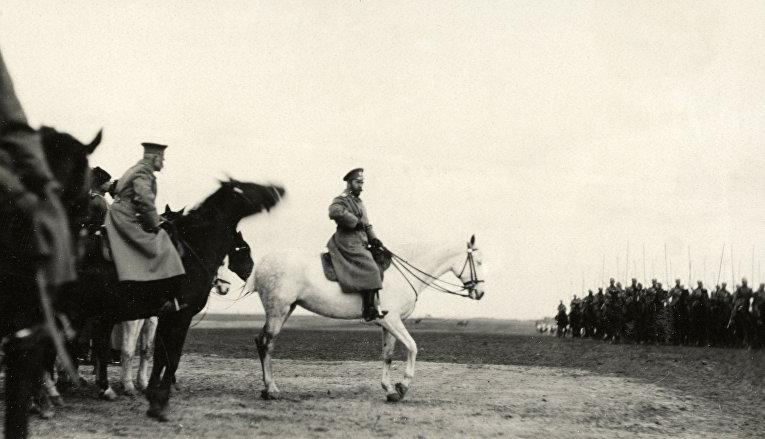 Царь Николай Второй инспектирует войска в Хотине в 1915 году