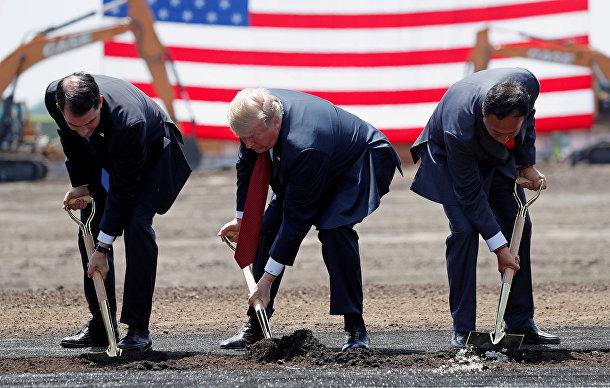 Президент США Дональд Трамп, губернатор штата Висконсин Скотт Уокер и председателем Foxconn Терри Гоу во время церемонии начала строительства фабрики в США