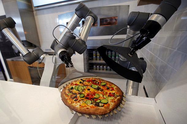 Робот pizzaiolo готовит пиццу в шоу-руме французского стартапа EKIM в Монтеврене