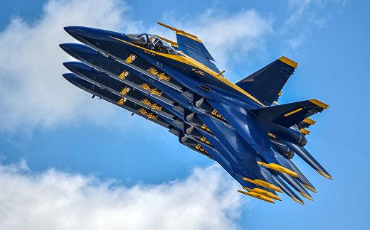 Авиационная группа ВМС США «Голубые Ангелы» выступает на авиасалоне в Дейтоне
