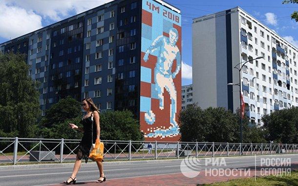 Граффити с изображением футболиста на стене дома в Калининграде
