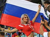 Болельщица перед матчем группового этапа чемпионата мира по футболу