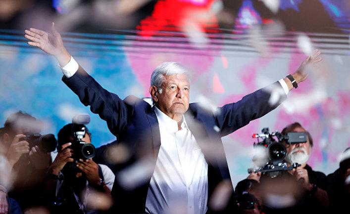 Кандидат в президенты Андрес Мануэль Лопес Обрадор выступает перет сторонниками в в Мехико, Мексика