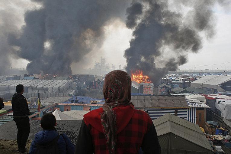Пожар в лагере мигрантов «Джунгли» в Кале, Франция