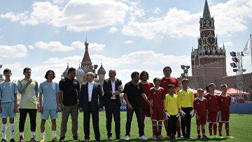 Президент РФ В. Путин посетил парк футбола на Красной площади