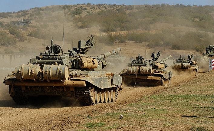 Танковый батальон выдвигается на полигон для проведения тактических учений мотострелковой бригады в Южном военном округе МО России
