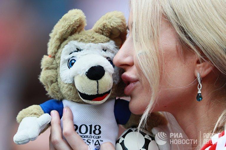 Болельщица перед матчем 1/8 финала чемпионата мира по футболу между сборными Испании и России