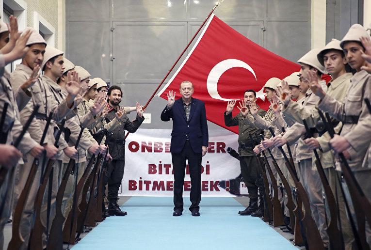 Президент Турции Реджеп Тайип Эрдоган прибыл в выставочный центр Yahya Kemal Beyatli в Стамбуле