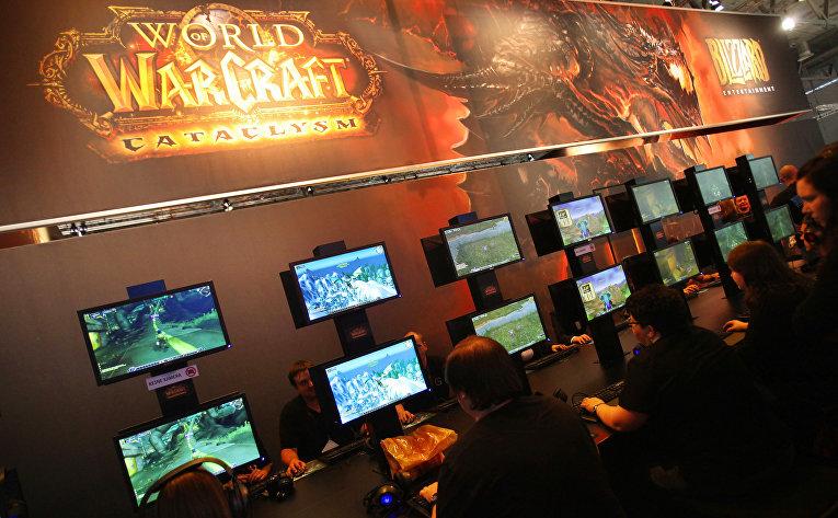Геймеры играют в World of Warcraft на ярмарке Gamescom в Кельне