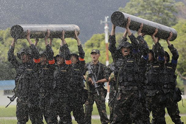 Китайские солдаты на показательных выступлениях в о время дня открытых дверей в Гонконге