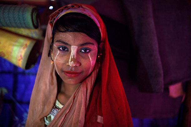 14-летняя девушка-беженка Рохинджа позирует для фотографии в лагере Джамтоли, Бангладеш