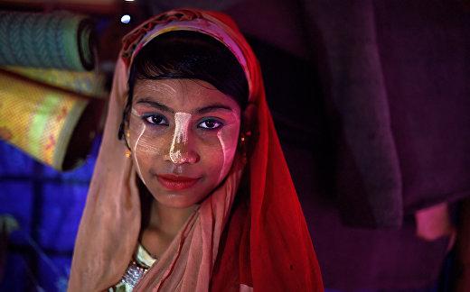 14-летняя девушка-беженка рохинья позирует для фотографии в лагере Джамтоли, Бангладеш