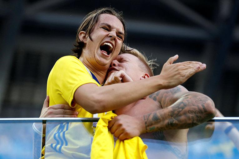 Шведские болельщики празднуют победу после матча между сборными Швеции и Швейцарии