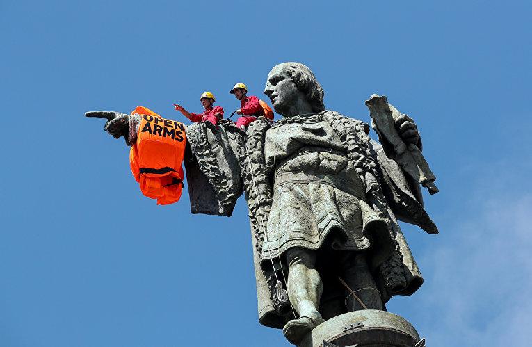 Спасательный жилет на статуе Христофора Колумба в Барселоне, Испания.