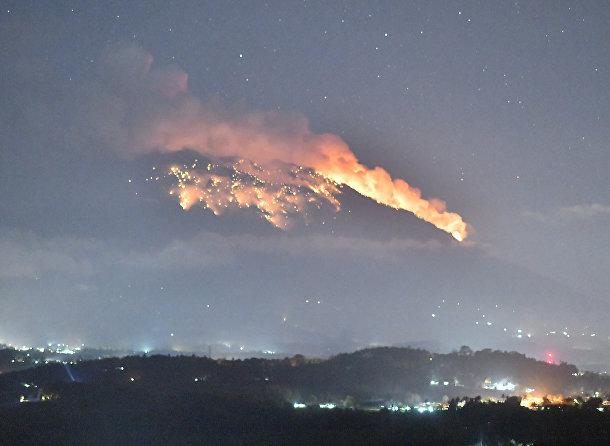 Извержение вулкана Агунг на острове Бали, Индонезия