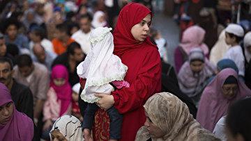 Женщина на молитве в первый день Курбан-Байрам в Каире, Египет