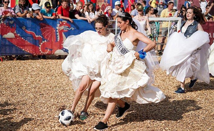 Участницы матча невест на Фестивале болельщиков FIFA у центра семьи «Казан» в Казани. 30 июня 2018