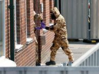 Сотрудники британских спецслужб в защитных костюмах у жилого дома в Солсбери в связи с расследованием отравления людей в Эймсбери