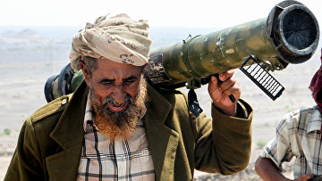 Йеменский боец на захваченной у хуситов позиции в гористой местности к северо-западу от Таиза