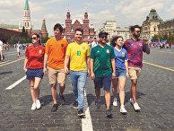Одетые в разноцветные футболки борцы за права ЛГБТ на Красной площади в Москве