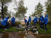 """Волонтеры собирают мусор на берегу озера Байкал в районе населенного пункта Мурино во время акции всероссийского волонтерского экологического марафона EN+ Group """"360 минут"""""""