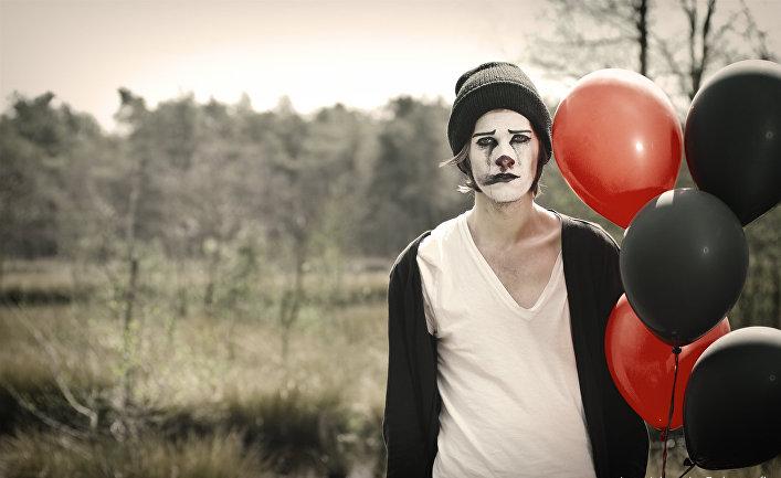 Грустный человек в клоунском гриме