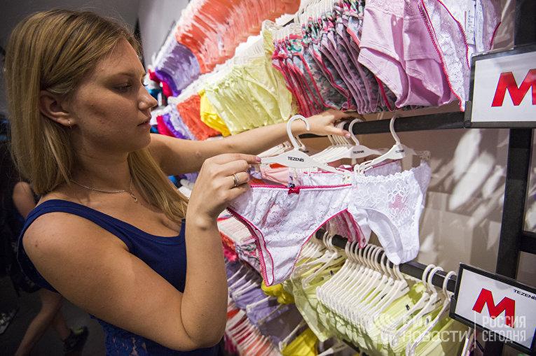 Посетительницы одного из магазинов нижнего белья в Омске