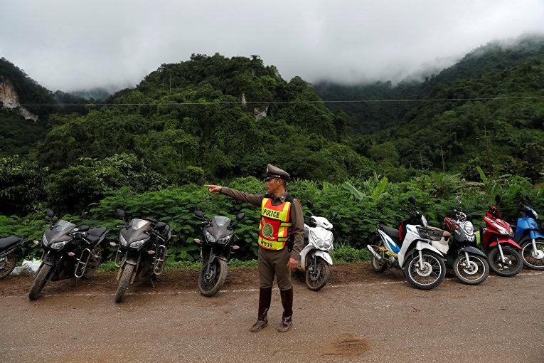 Полицейский во время спасательной операции в пещере Тхам Луанг, Таиланд