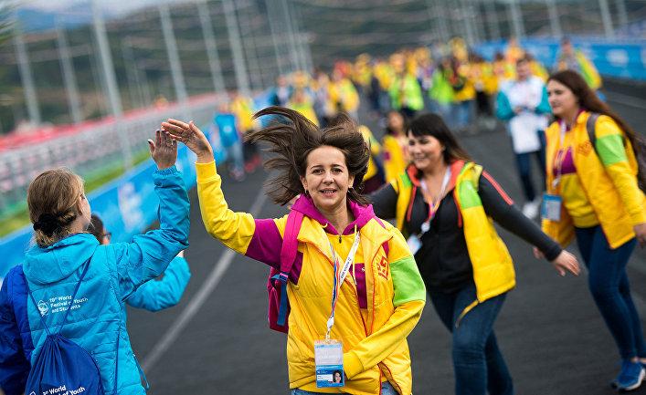Участники и волонтеры XIX Всемирного фестиваля молодежи и студентов в Олимпийском парке в Сочи