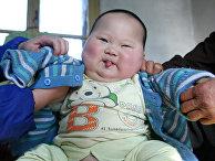 Китайские родители одевают девятимесячного ребенка, который весит 18,8 кг