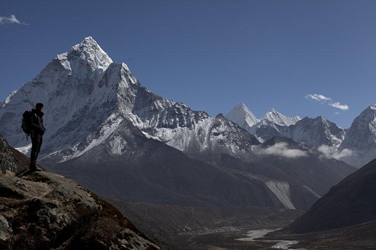 Человек направляется к базовому лагерю Эвереста, Непал