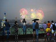 Праздничный салют в честь окончания ЧМ-2018 по футболу на Воробьевых горах в Москве