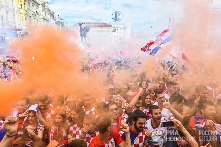 Хорватские болельщики наблюдают за игрой сборной на ЧМ-2018