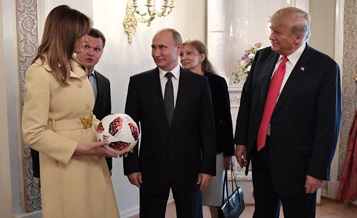 Президент РФ Владимир Путин и президент США Дональд Трамп с супругой Меланьей с мячом чемпионата мира 2018 по футболу во время встречи в Хельсинки