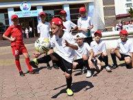 Воспитанники центра подготовки юных футболистов Приволжья на площади перед зданием городского пресс-центра чемпионата мира по футболу FIFA 2018 в Саранске
