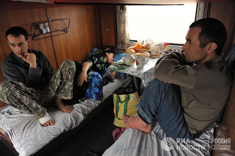 Таджикские трудовые мигранты в вагоне поезда Москва-Душанбе