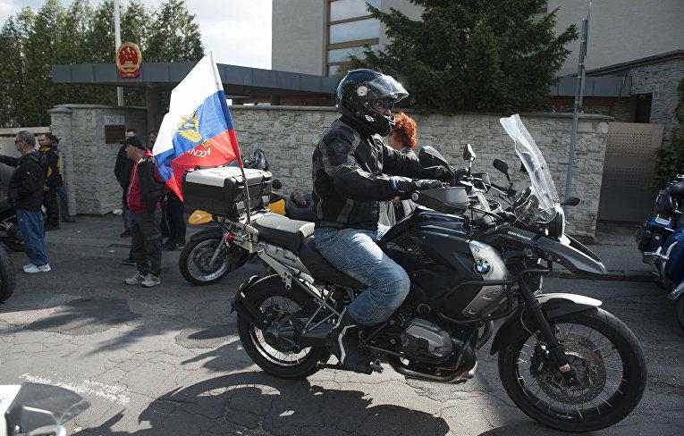 Члены мотоклуба «Ночные волки» прибывают на мемориал советских воинов Второй мировой войны «Славин» в Словакии
