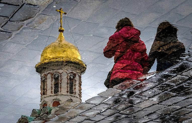 Прохожие на Красной площади в Москве.
