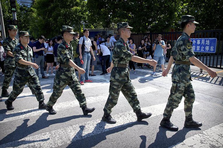 Сотрудники военной полиции у посольства США в Пекине, где произошел взрыв