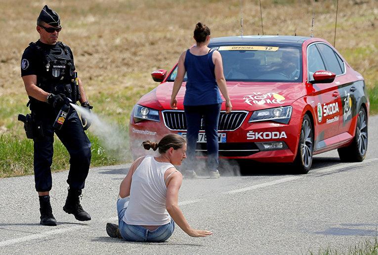 Фермеры устроили акцию протеста во время 16-го этапа престижной веломногодневки «Тур де Франс»
