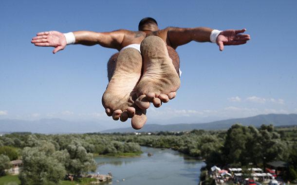 Прыжок Флорида Гаши во время соревнований по хай-дайвингу в Косово