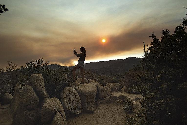 Дым от пожара в национальном парке Йосемити, штат Калифорния, США