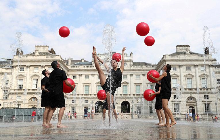 Исполнители из Gandini Juggling репетируют в Сомерсет-Хаусе в Лондоне