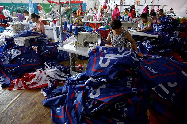 Рабочие китайской фабрики в провинции Аньхой шьют агитационную продукцию для предвыборной кампании Трампа