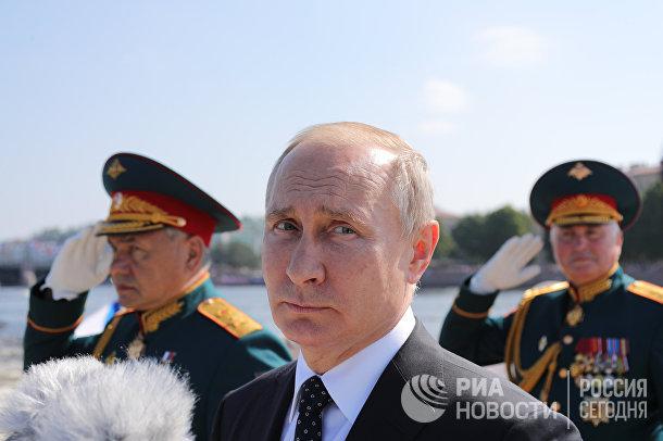 Президент РФ В. Путин посетил Главный военно-морской парад