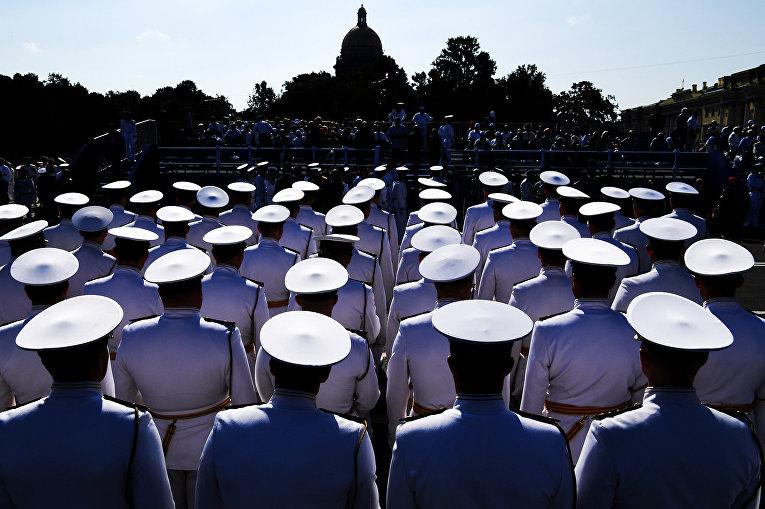 Моряки принимают участие в параде в честь дня Военно-Морского Флота в Санкт-Петербурге